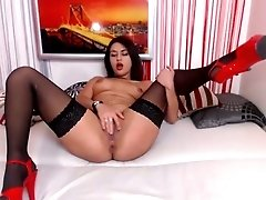 Sizzling hot brunette beauty in high heels puts on a good webcam show