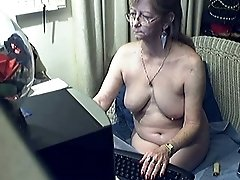 Old lady naked on webcam is trying to seduce me with her flabby tits